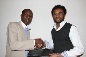 APACIC Togon puheenjohtaja Romain Lare ja Toivon Solmut ry:n puheenjohtaja Aklaesso Tontasse puristavat kättä yhteistyösopimuksen alleirjoittamisen yhteydessä
